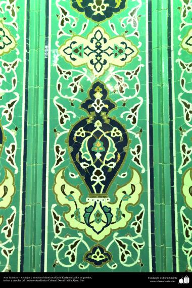 اسلامی معماری - شہر قم میں دارالحدیث کے تعلیمی ادارہ میں کاشی کاری (ٹائل) کا ایک نمونہ پہول پتی کی ڈیزاین میں، ایران - ۲