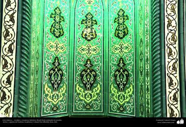 اسلامی معماری - شہر قم میں دارالحدیث کے تعلیمی ادارہ میں کاشی کاری (ٹائل) کا ایک نمونہ پہول پتی کی ڈیزاین میں، ایران - ۴