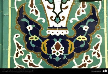 اسلامی معماری - شہر قم میں دارالحدیث کے تعلیمی ادارہ میں کاشی کاری (ٹائل) کا ایک نمونہ پہول پتی کی ڈیزاین میں، ایران - ۹
